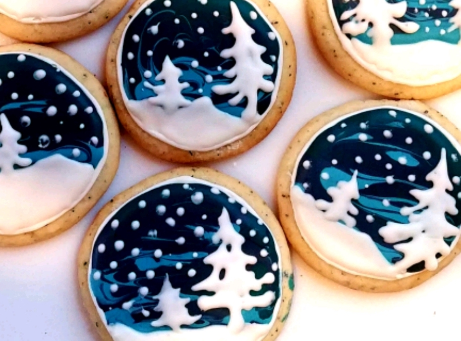 circle sugar cookies with Christmas trees covered in snow