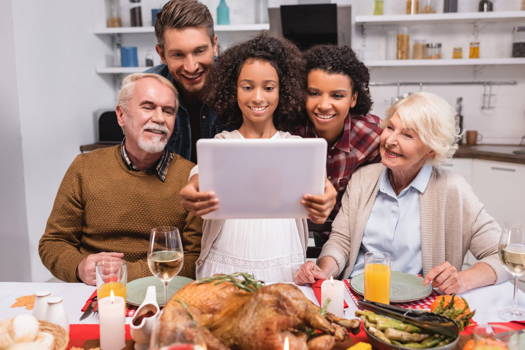 family connecting with loved ones for a virtual thanksgiving