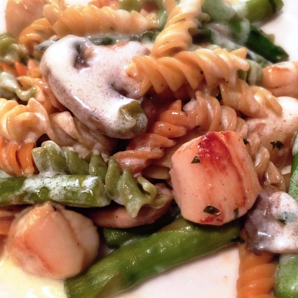 pasta with scallops, mushrooms, and asparagus