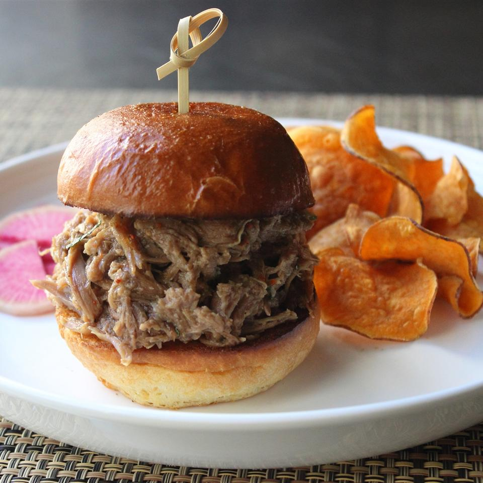 sliders with pulled lamb meat and sweet potato chips