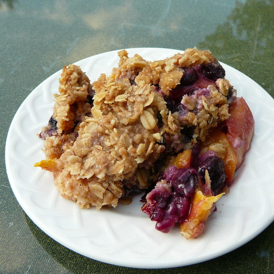 blueberry and peach crisp with oat topping
