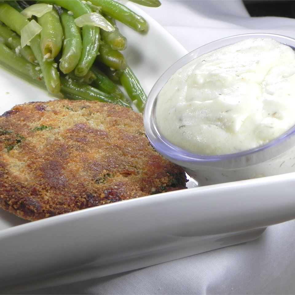 salmon patties with white sauce and green beans