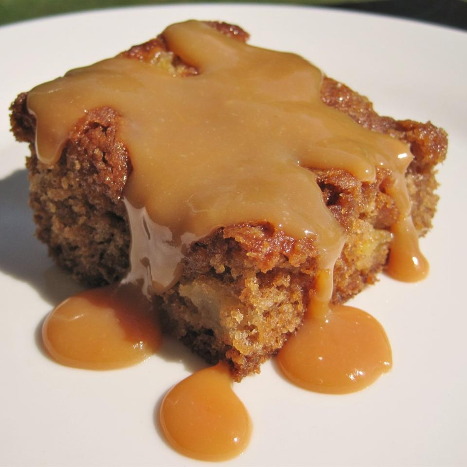 apple blondie square with caramel sauce