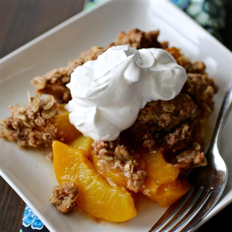 peach crisp with whipped topping