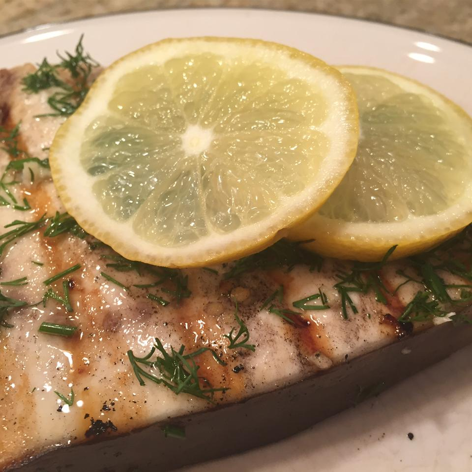 grilled swordfish with dill and lemon slices