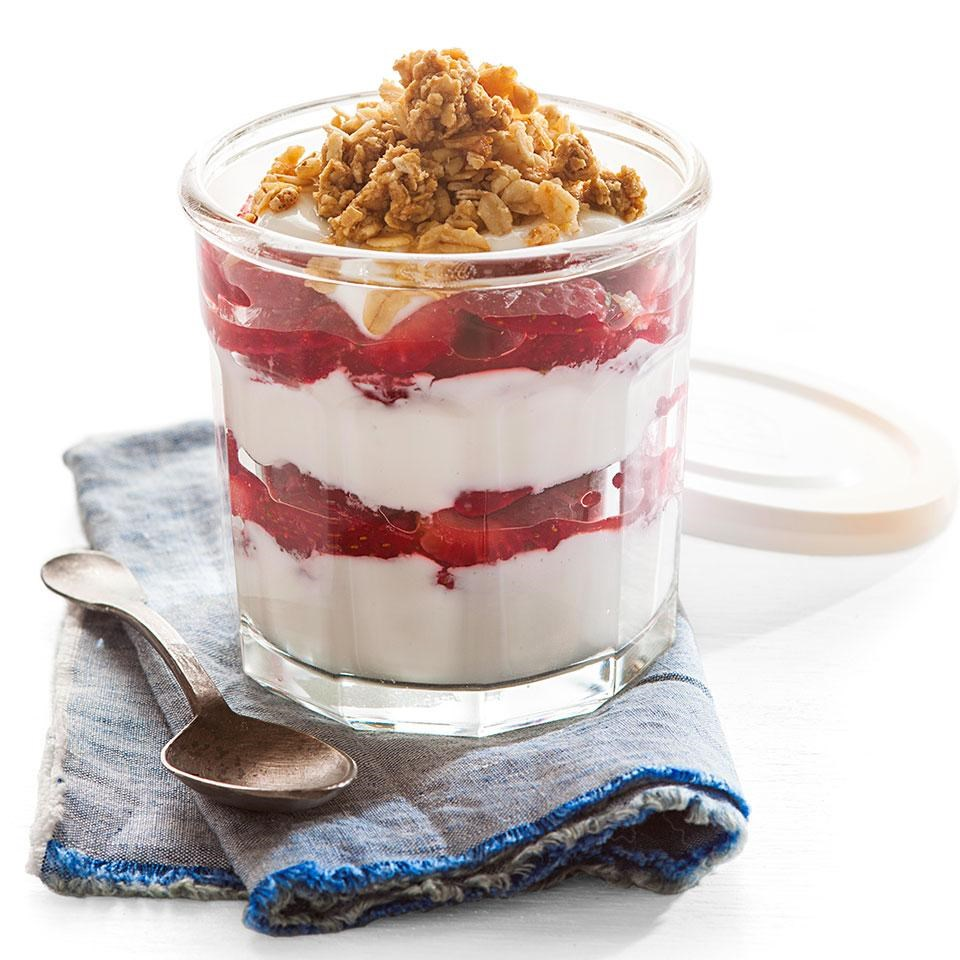 glass jar of strawberry & yogurt parfait