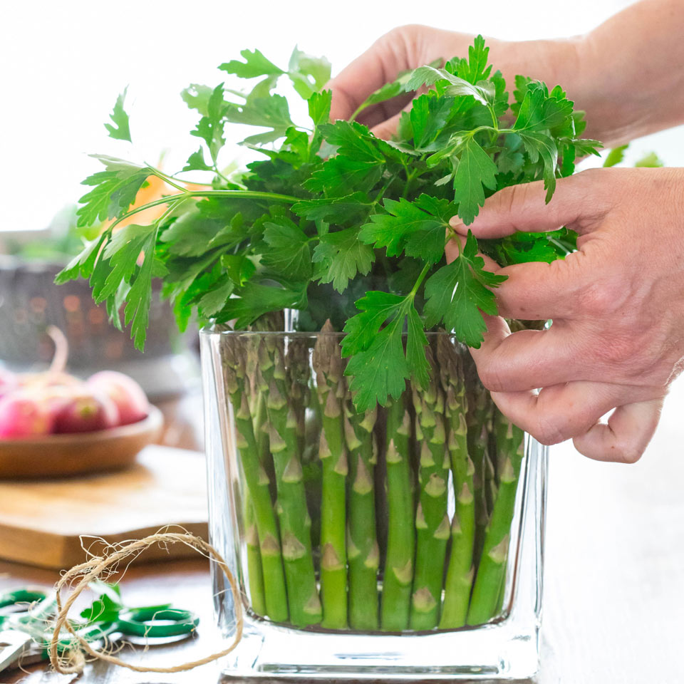 Create a base for the crudite with parsley