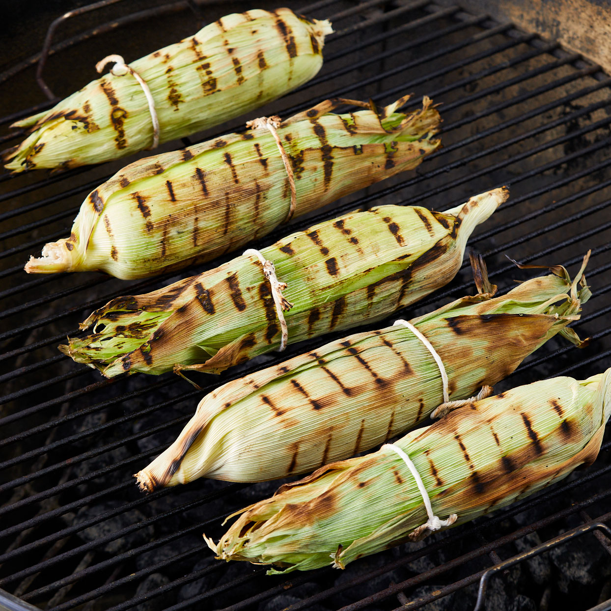 Grilled-corn-on-the-cob-in-husks