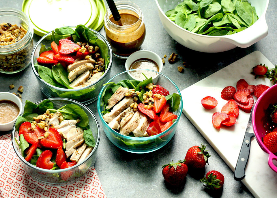 strawberry and spinach salads in to-go bowls