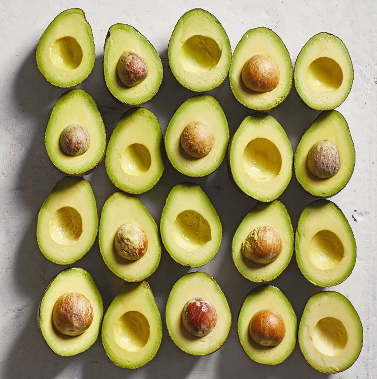 Avocado halves with and without pits