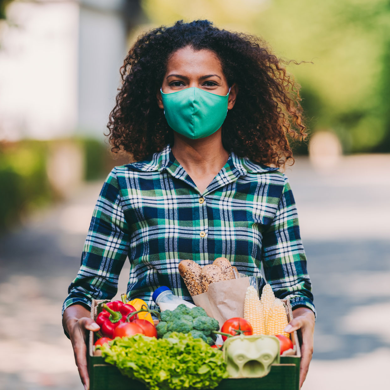 woman with mask on delivering food