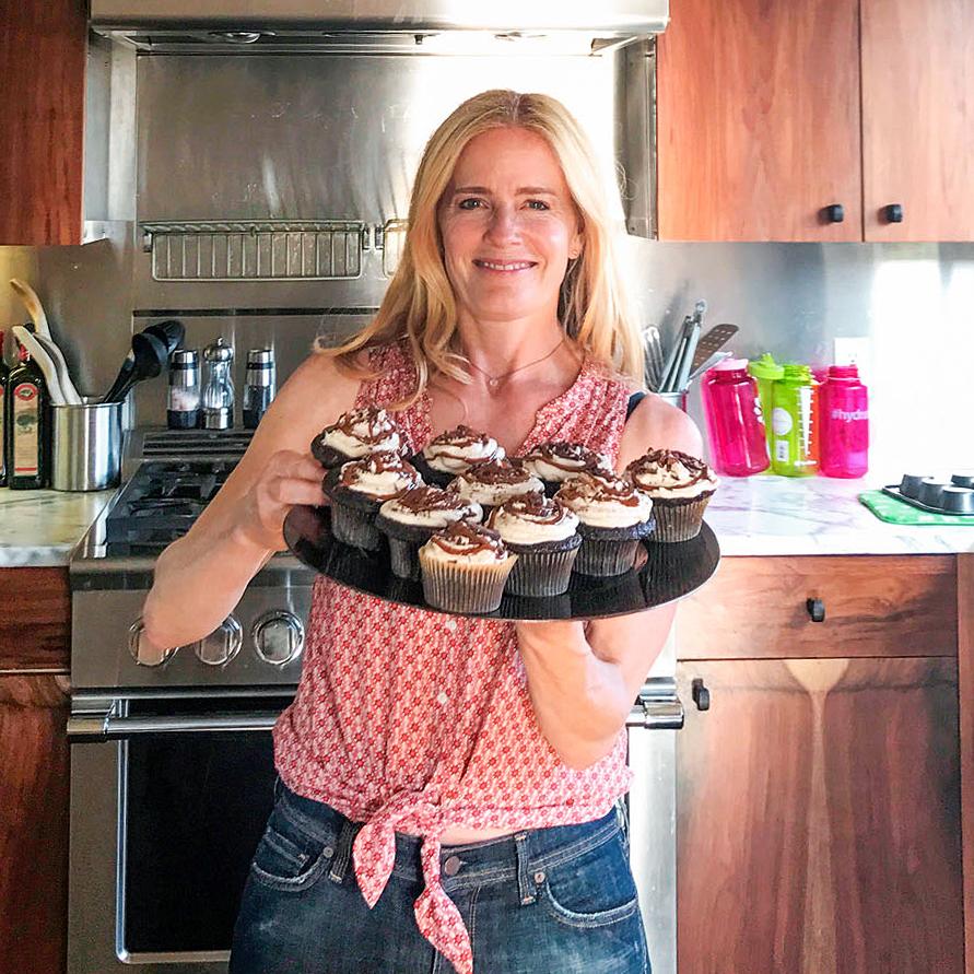 elisabeth shue displaying cupcakes