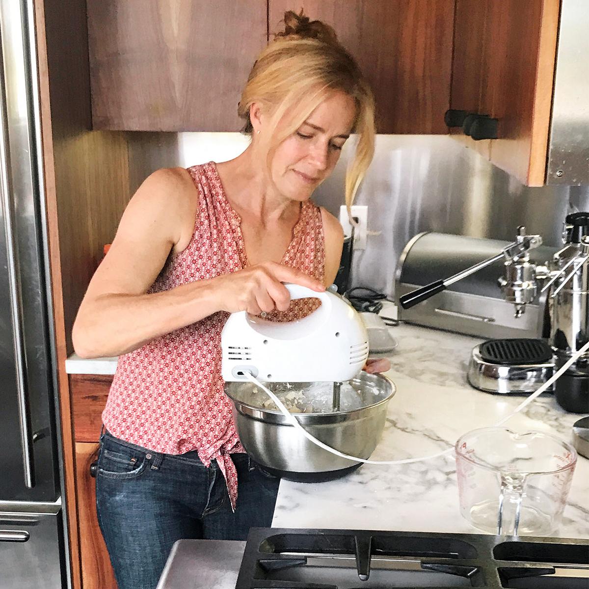elisabeth shue mixing cupcake batter