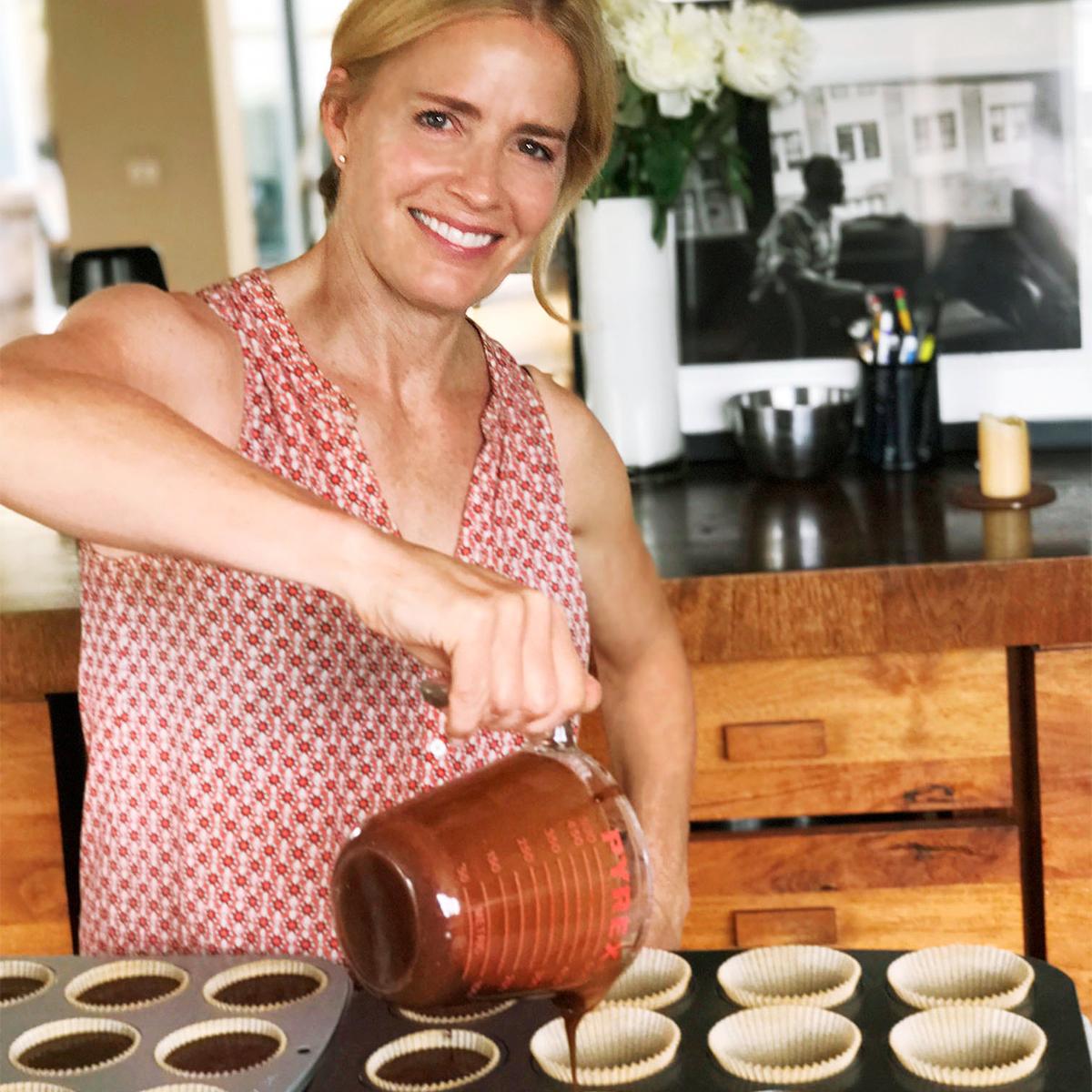 elisabeth shue pouring cupcake batter