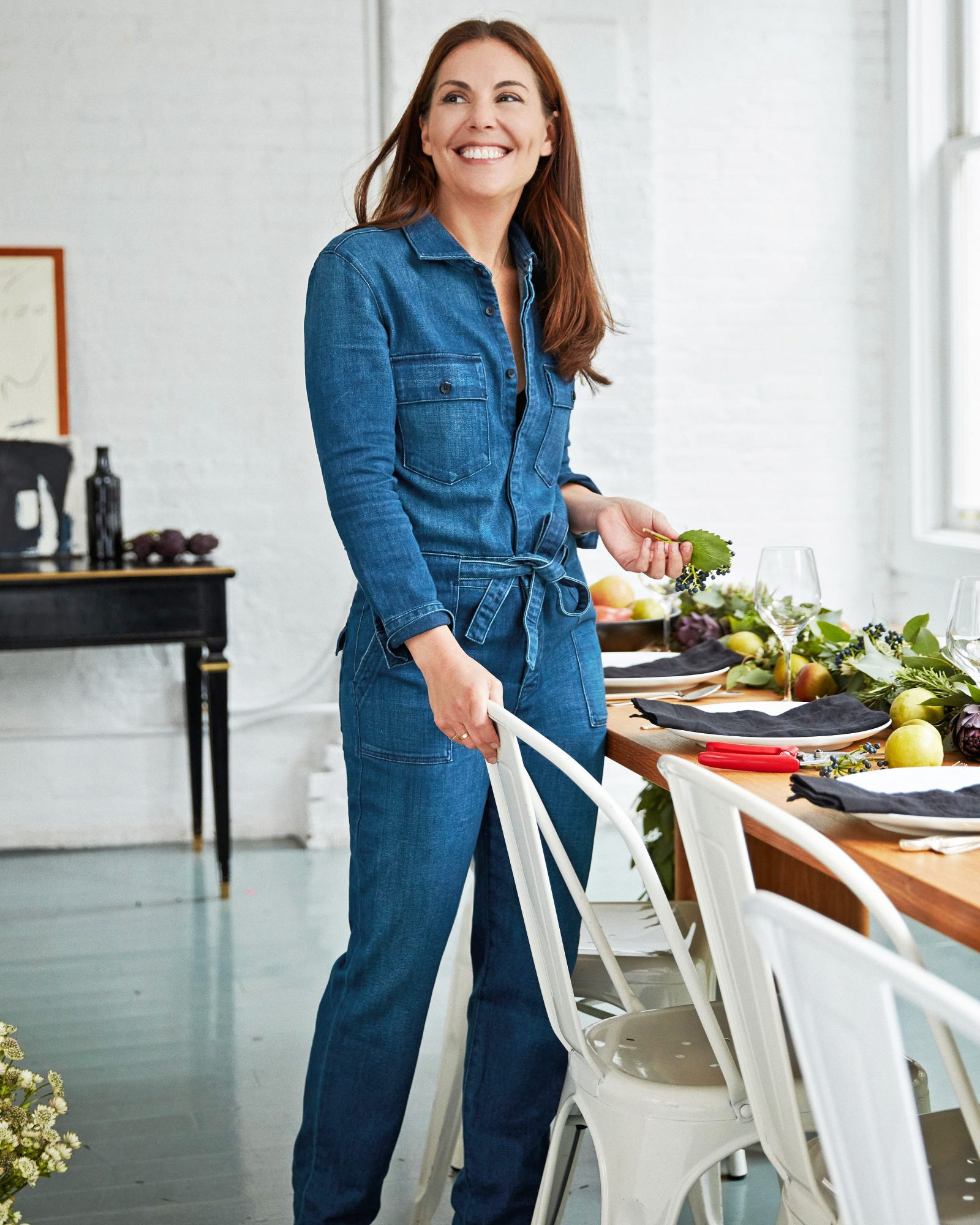 alison cayne serving table