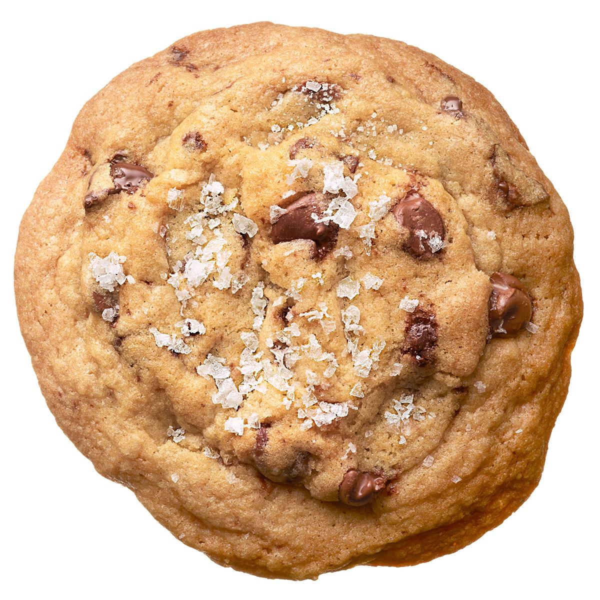 flake sea salt on chocolate chip cookie