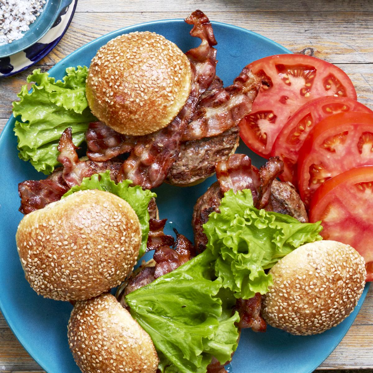 grilledd-brie-stuffed-burgers-bacon-70e99e01