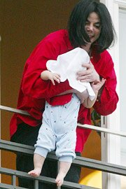 Jacko apologizes for dangling baby out a window   EW.com