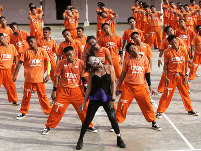 O IS FOR ORANGE UNIFORMS Michael Jackson's ''Thriller'' video brought zombie choreography to the masses — which ultimately included Day-Glo-clad Filipino prison inmates, who re-created…