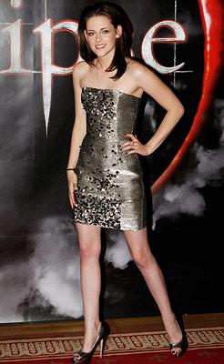 Kristen Stewart | Returning to an old favorite, Oscar de la Renta , Stewart was the definition of glam goth in short, gunmetal gray.