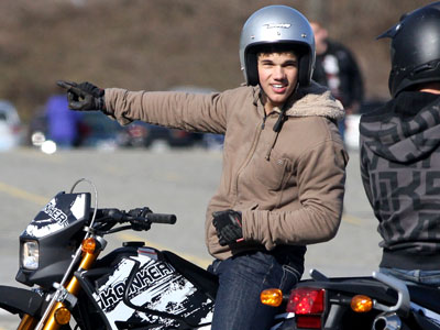 Taylor Lautner, The Twilight Saga: New Moon | Lautner rides on (presumably) the motorbike Jacob builds with Bella.