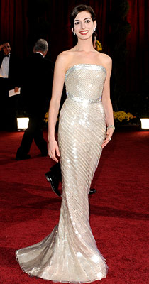 Oscars 2009, Anne Hathaway | ANNE HATHAWAY (Academy Awards '09) My how-to-get-your-fashion-correct mantra of ''silhouette, proportion, fit'' is beautifully demonstrated by Anne Hathaway in Armani Prive.