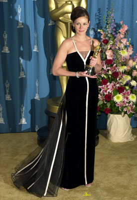 Julia Roberts | Julia Roberts at the Oscars (2001) Vintage wasn't always in on the red carpet — that is, until Miss Julia wore a show-stopping number from…