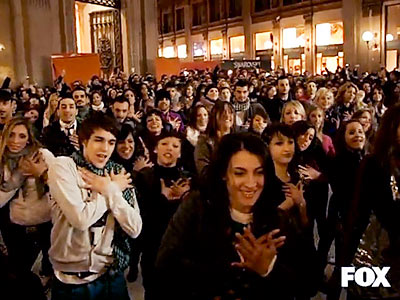 Glee | FLASH MOB IN ROME Teens suddenly begin dancing to ''Don't Stop Believin''' for a promo in an Italian shopping mall. See the ''Flash Mob in…