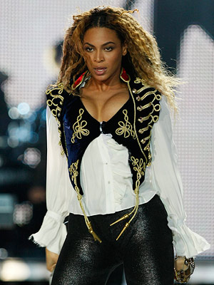 Beyonce Knowles   Beyoncé performing at the World Music Awards, Nov. 2008 Beyoncé rocked the stage in a velvet vest by McQueen.