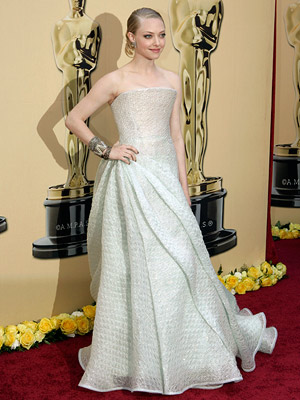 AMANDA SEYFRIED What could've been an overwhelming ball gown was princess perfection for Seyfried, who floated down the carpet in her silver Armani Prive. Grade:…