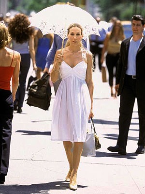 Sex and the City, Sarah Jessica Parker | The parasol is charmingly old-fashioned; the dress, cool and comfy-looking.
