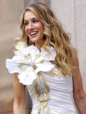 Did the camera add 20 pounds — to her flower accessory? One of Carrie's trademark looks goes big for the big screen.