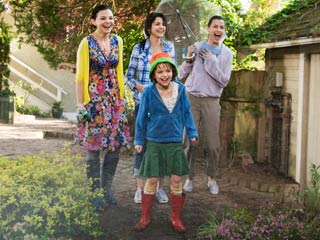 Ramona and Beezus | A GAGGLE OF GIRLISH GIGGLES Ginnifer Goodwin, Selena Gomez, Joey King, and Bridget Moynahan yuk it up in Ramona and Beezus
