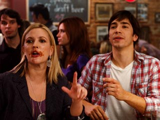 Going the Distance | MORE WINGS, PLEASE Drew Barrymore and Justin Long are out of napkins in Going the Distance