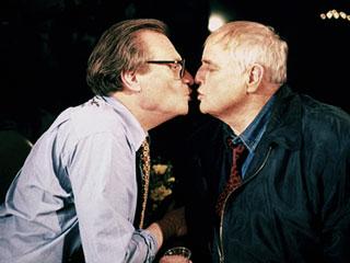Larry-King-Brando-kiss