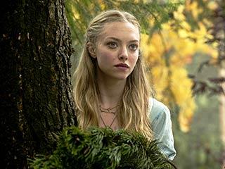 Amanda Seyfried, Red Riding Hood | LITTLE RED Amanda Seyfried haunted by a werewolf in Red Riding Hood