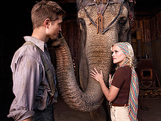 UNEXPECTED ROMANCE Reese Witherspoon and Robert Pattinson in Water for Elephants