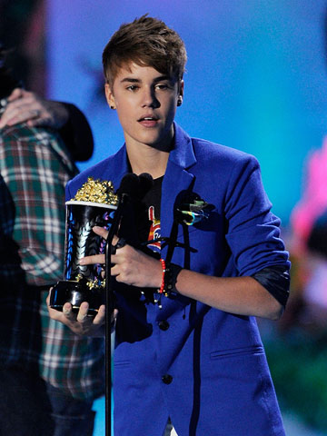 Justin Bieber, MTV Movie Awards 2011 | Justin Bieber's ''surprise'' appearance to accept the Best Jaw-Dropping Moment award. Dude couldn't sit in the audience like everyone else?