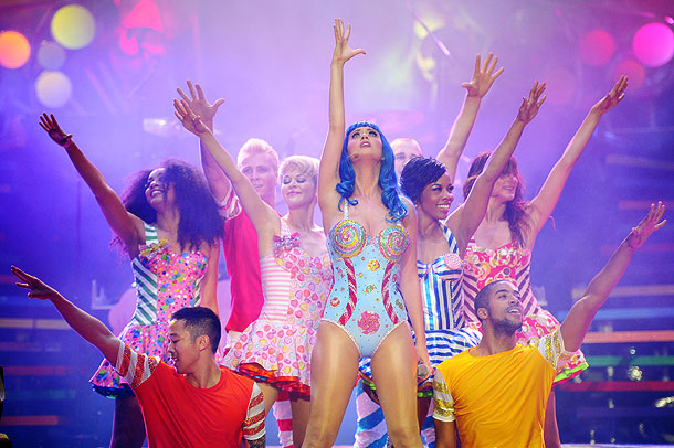 Katy Perry   Katy Perry wears a dizzying 16 outfits total on her current California Dreams Tour. Seven of the pop chameleon's wardrobe changes happen over the course…