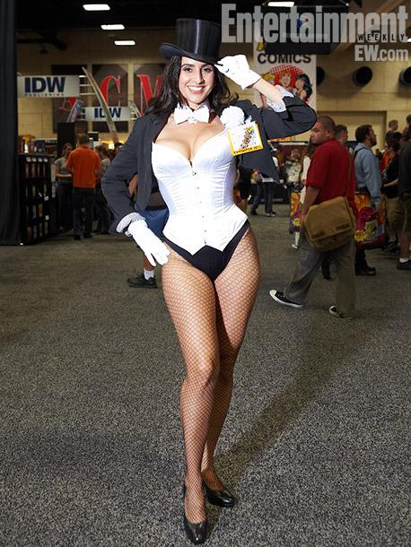 Valerie Perez in a Zatanna costume