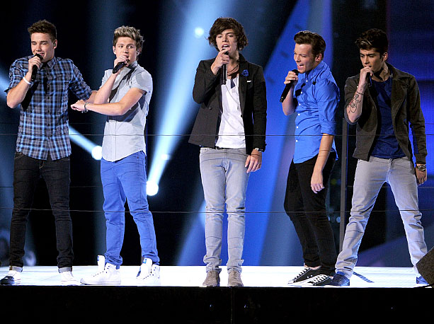 For a VMAs debut that was hyped non-stop since the pre-show, One Direction's showing was strangely formless. After elevating their way to the stage, the…