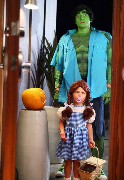 Raising Hope (10/30): Lucas Neff as The Hulk and Baylie/Rylie Cregut as Dorothy