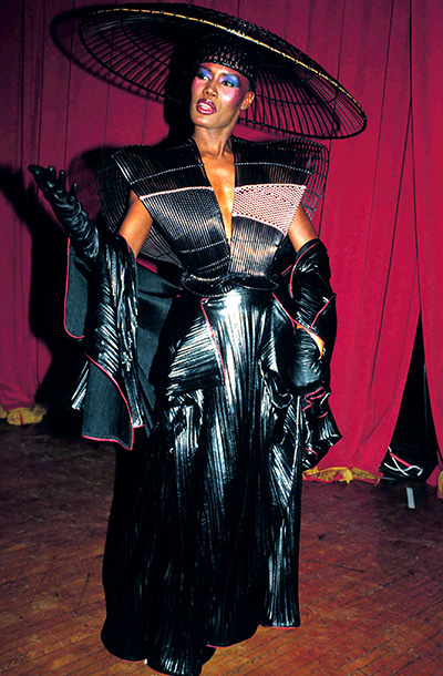 Jones' umbrella-shaped headgear kept catching on co-presenter Rick James' braids, but that didn't stop the ''Superfreak'' singer from making his move on the androgynous model.…