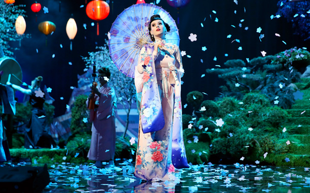 Katy Perry, American Music Awards 2013 | How ... exotic. Katy Perry opened the show like the hostess of a Times Square Japanese restaurant, performing ''Unconditionally'' in a kimono surrounded by tip-toeing…