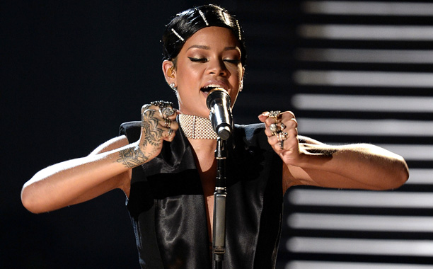 American Music Awards 2013 | Like the proverbial diamond at the center of tonight's gaudy engagement ring of a broadcast, inaugural Icon Award-winner Rihanna, by belting ''Diamonds'' with an orchestra,…