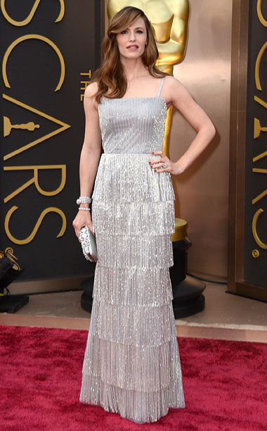 Oscars 2014 | Garner shimmied down the red carpet sans Ben Affleck in a silver column gown with a '20s style fringe — which would have been better…