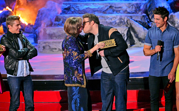 MTV Movie Awards 2014 | The exception that proved the rule for tonight's awards-presenter banter, the Best Kiss award saw a funny bit where Neighbors stars Zac Efron, Dave Franco,…