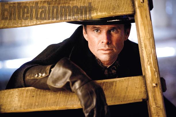 Chris Mannix (Walton Goggins)
