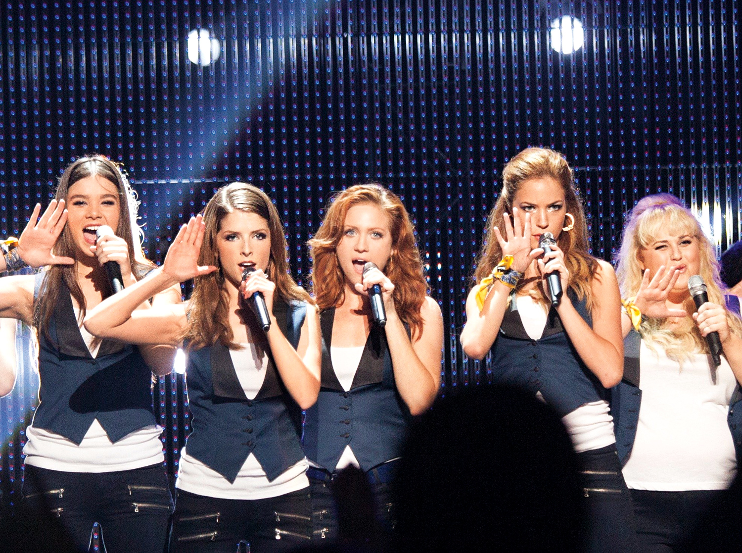 Hailee Steinfeld, Anna Kendrick, Brittany Snow, Alexis Knapp, and Rebel Wilson in Pitch Perfect 2