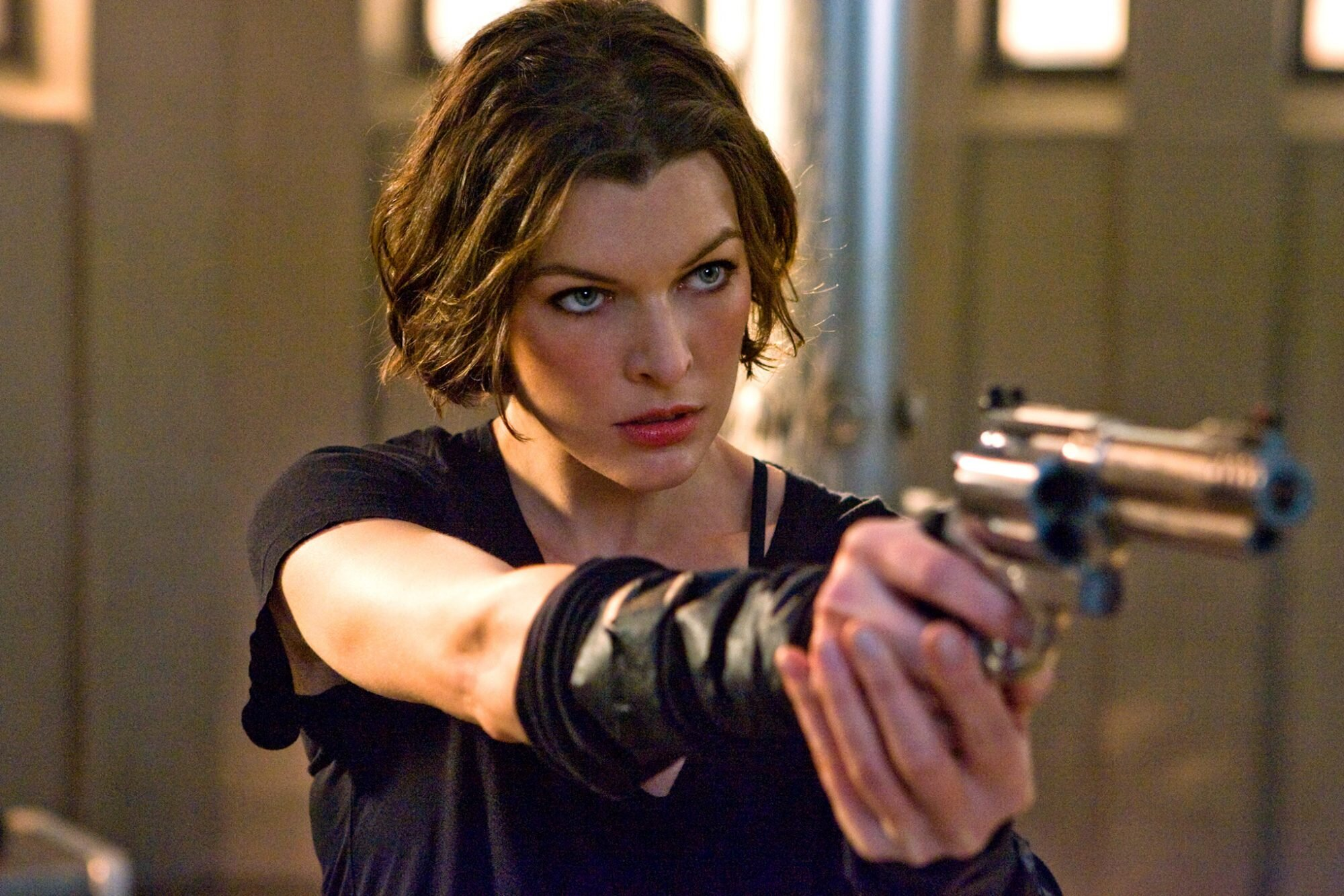Resident Evil The Final Chapter Milla Jovovich Gets Back Into Zombie Slaying Mode Ew Com